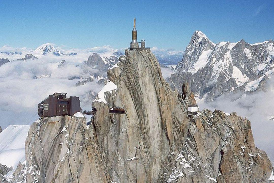 Z lyžařsky proslulého francouzského střediska Chamonix stoupá pro mnohé nejatraktivnější lanovka na světě. Přes Plan l Aiquille vede na mohutný žulový