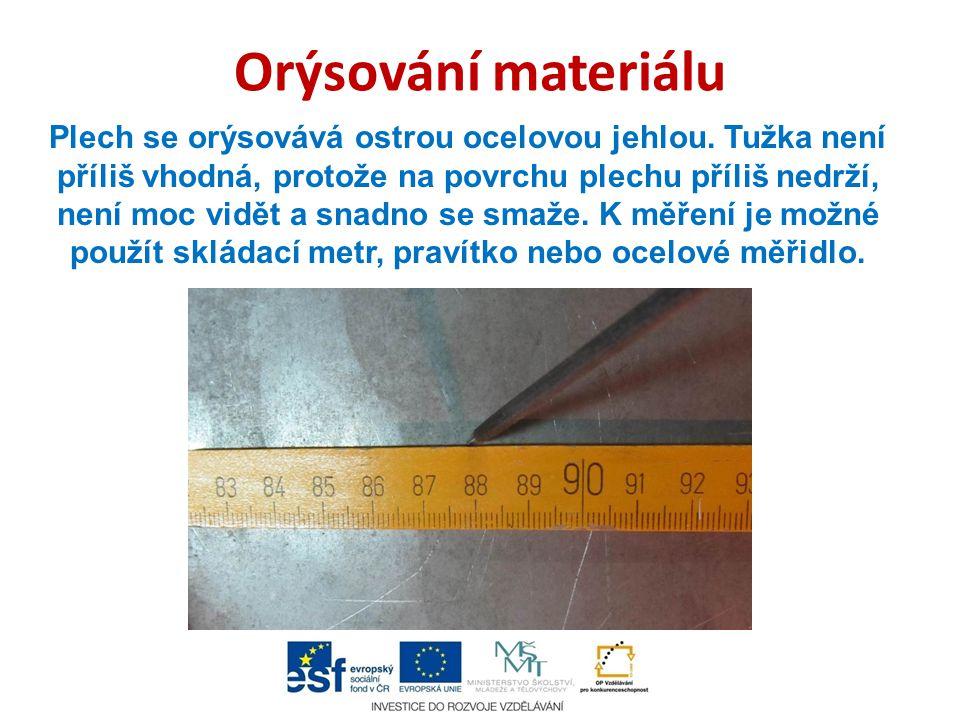 Držení plechu Kvůli možnosti snadného poranění o ostré hrany plechu je dobré držet při stříhání materiál v pracovních rukavicích.