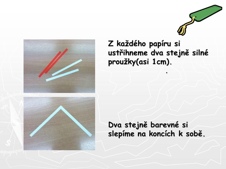 Z každého papíru si ustřihneme dva stejně silné proužky(asi 1cm).