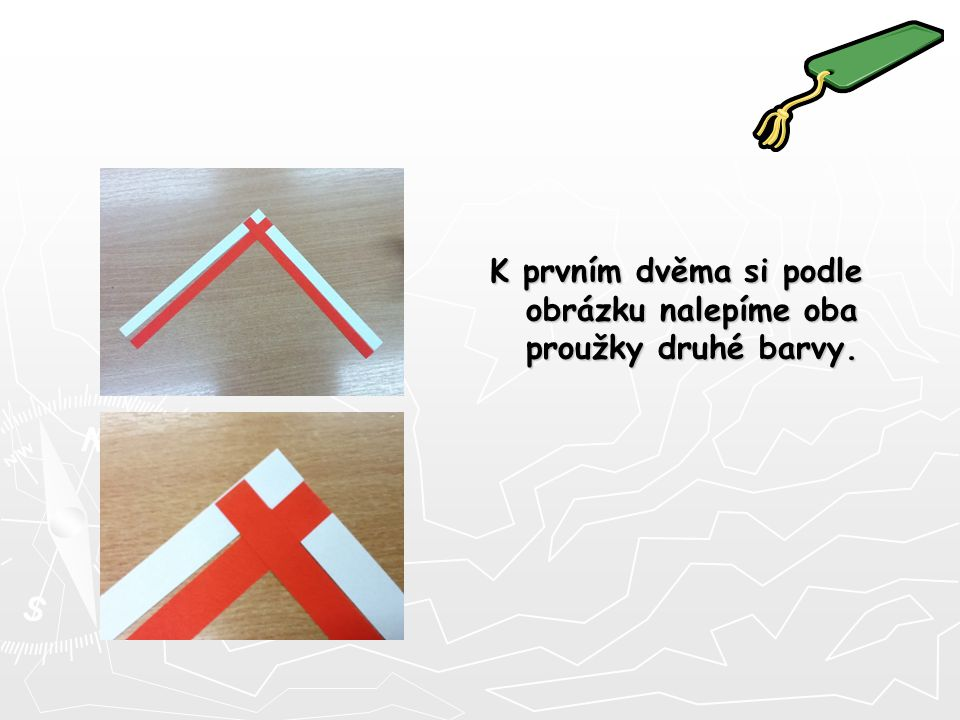 A začneme s pletením. Překládáme proužky papíru podle obrázku. Vždy jednu barvu potom druhou.