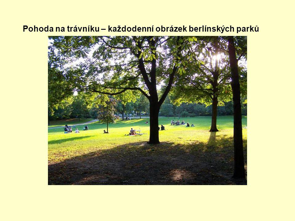 Pohoda na trávníku – každodenní obrázek berlínských parků