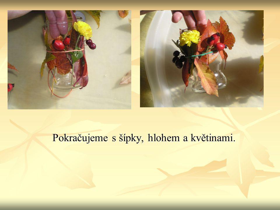 Jakmile máme skleničku ozdobenou, omotáme listy i s gumičkou lýkem a uvážeme mašličku.