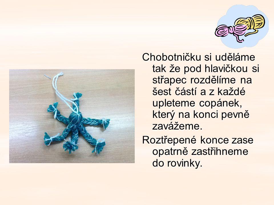 Chobotničku si uděláme tak že pod hlavičkou si střapec rozdělíme na šest částí a z každé upleteme copánek, který na konci pevně zavážeme.
