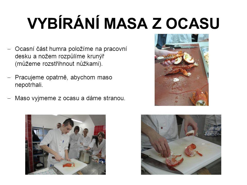 VYBÍRÁNÍ MASA Z OCASU  Ocasní část humra položíme na pracovní desku a nožem rozpůlíme krunýř (můžeme rozstřihnout nůžkami).