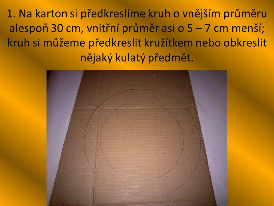 1. Na karton si předkreslíme kruh o vnějším průměru alespoň 30 cm, vnitřní průměr asi o 5 – 7 cm menší; kruh si můžeme předkreslit kružítkem nebo obkr