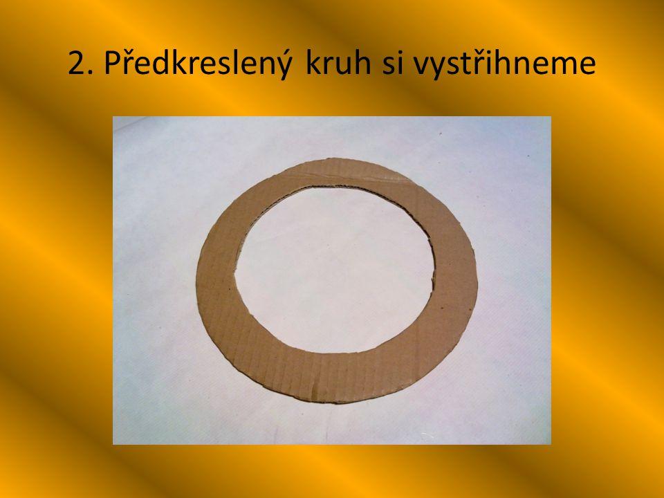 13. Na kruh z kartonu připevníme provázek na zavěšení.