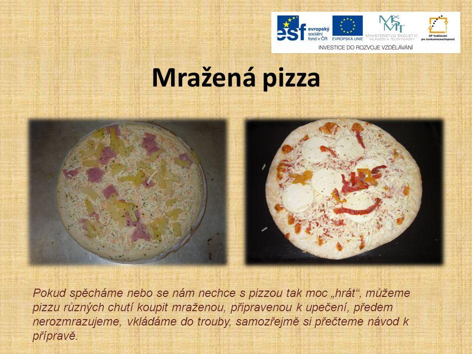 """Mražená pizza Pokud spěcháme nebo se nám nechce s pizzou tak moc """"hrát , můžeme pizzu různých chutí koupit mraženou, připravenou k upečení, předem nerozmrazujeme, vkládáme do trouby, samozřejmě si přečteme návod k přípravě."""