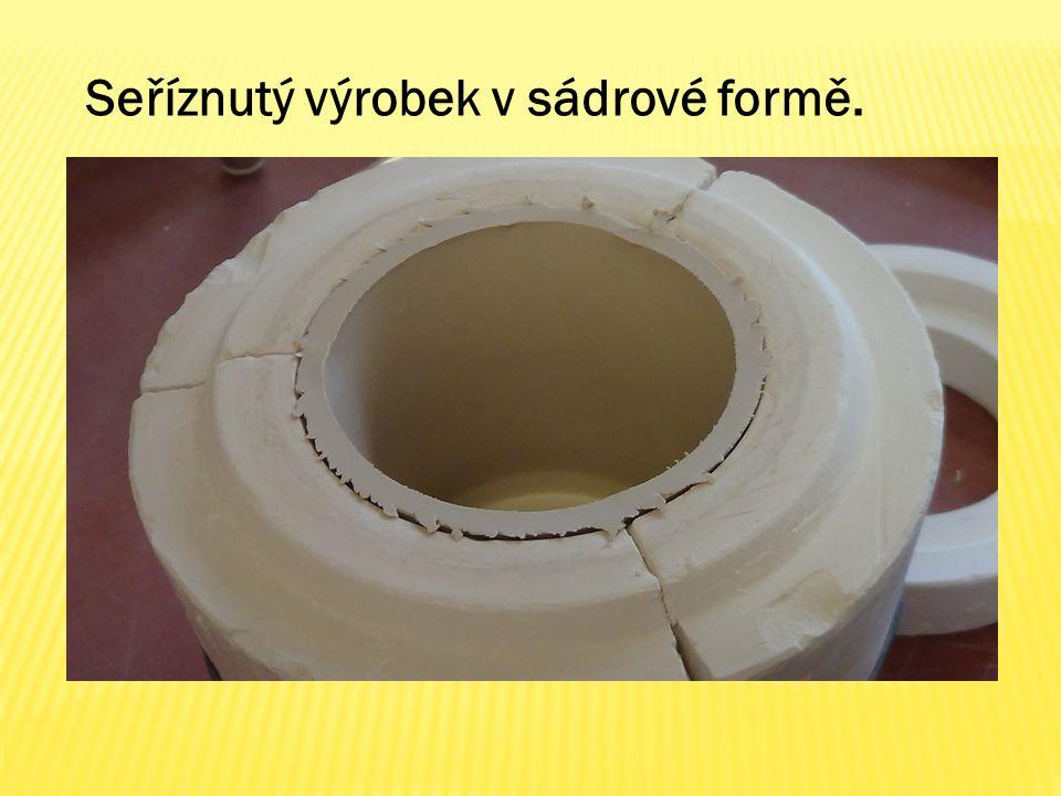 Seříznutý výrobek v sádrové formě.