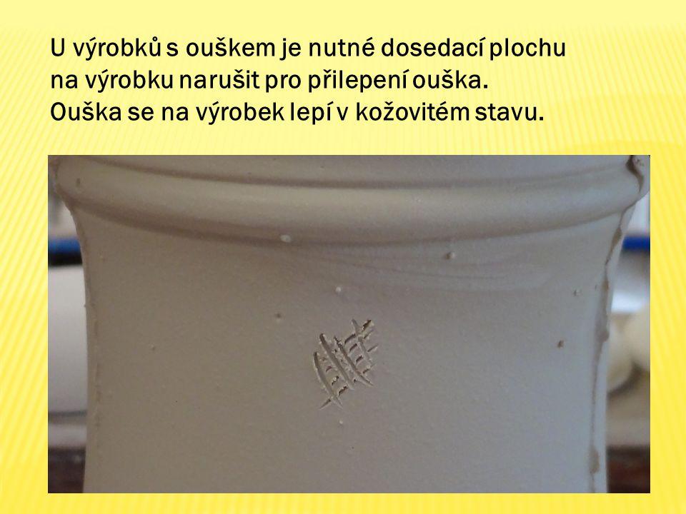 U výrobků s ouškem je nutné dosedací plochu na výrobku narušit pro přilepení ouška. Ouška se na výrobek lepí v kožovitém stavu.