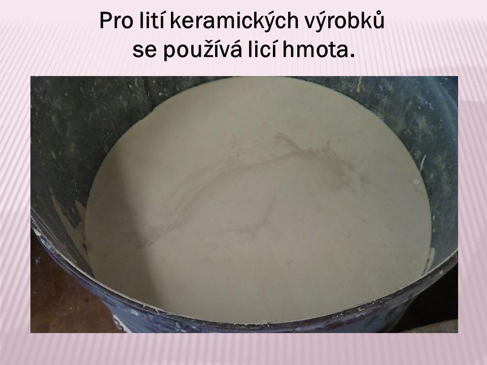 Pro lití keramických výrobků se používá licí hmota.