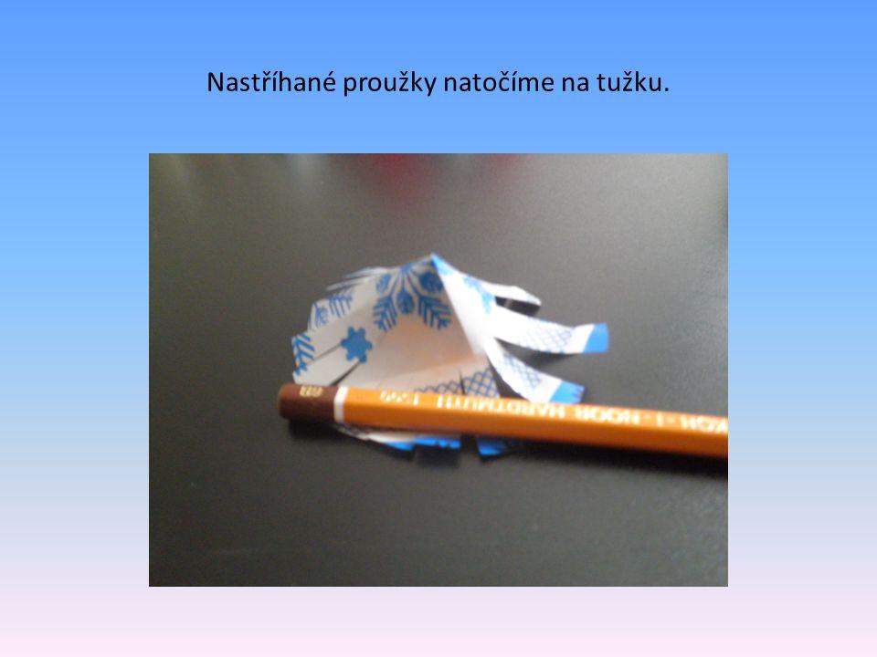Nastříhané proužky natočíme na tužku.