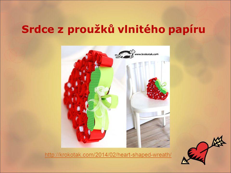Srdce z proužků vlnitého papíru http://krokotak.com/2014/02/heart-shaped-wreath/