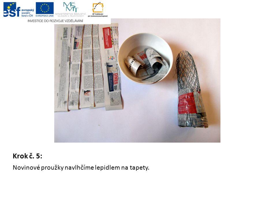 Krok č. 5: Novinové proužky navlhčíme lepidlem na tapety.