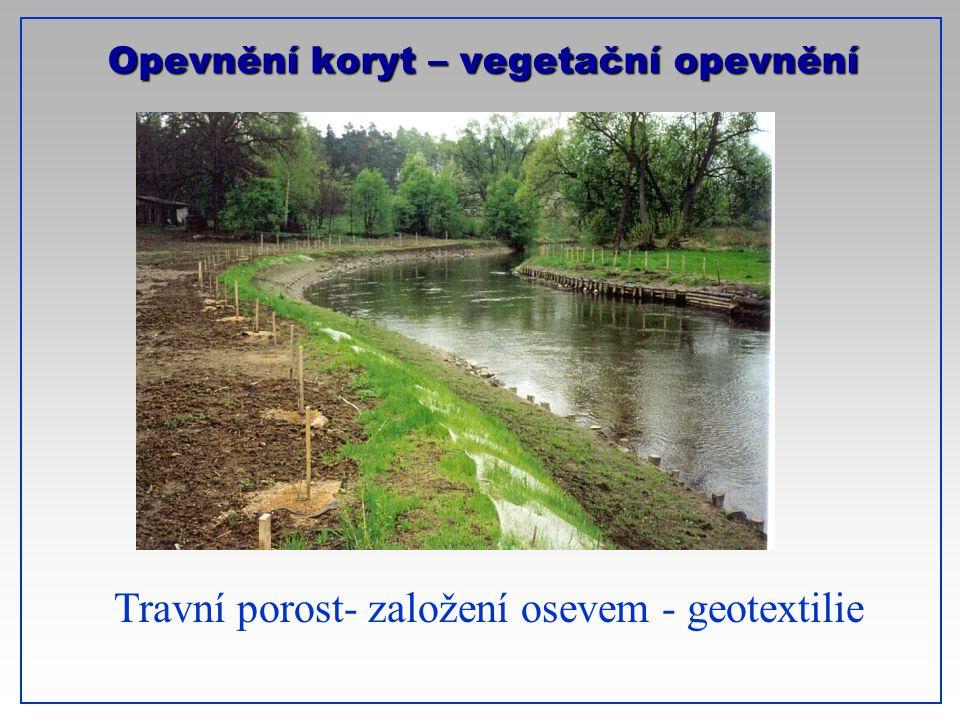 Opevnění koryt – vegetační opevnění Travní porost- založení osevem - geotextilie