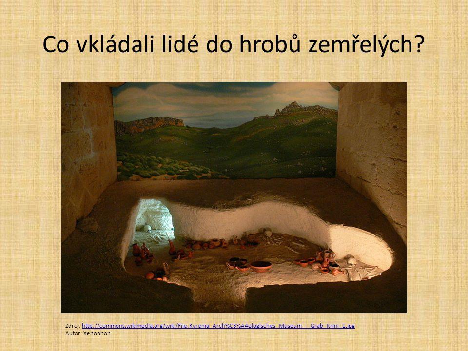 Co vkládali lidé do hrobů zemřelých? Zdroj: http://commons.wikimedia.org/wiki/File:Kyrenia_Arch%C3%A4ologisches_Museum_-_Grab_Krini_1.jpghttp://common