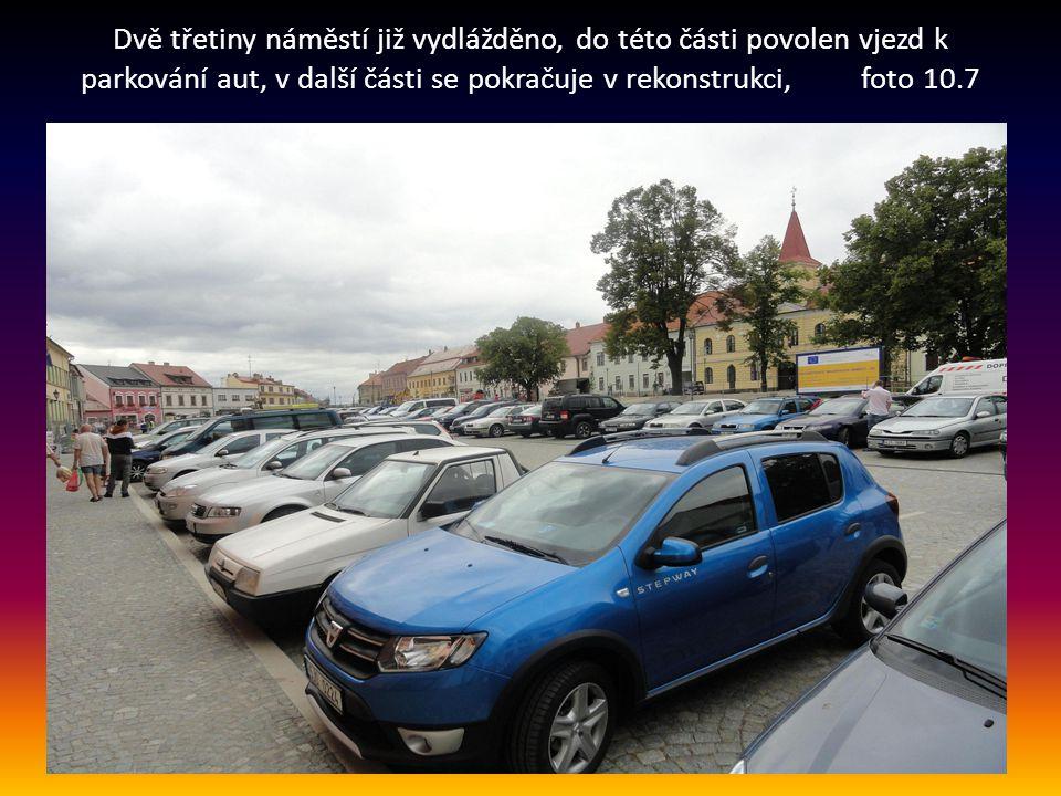 Dvě třetiny náměstí již vydlážděno, do této části povolen vjezd k parkování aut, v další části se pokračuje v rekonstrukci, foto 10.7.