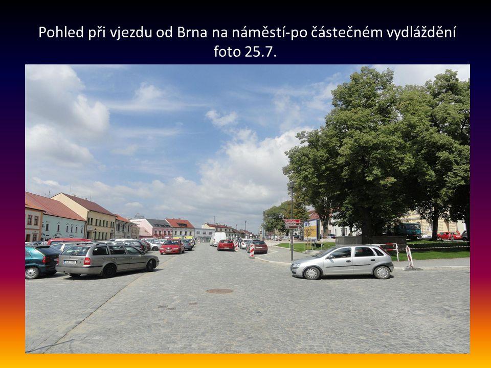 Pohled při vjezdu od Brna na náměstí-po částečném vydláždění foto 25.7.