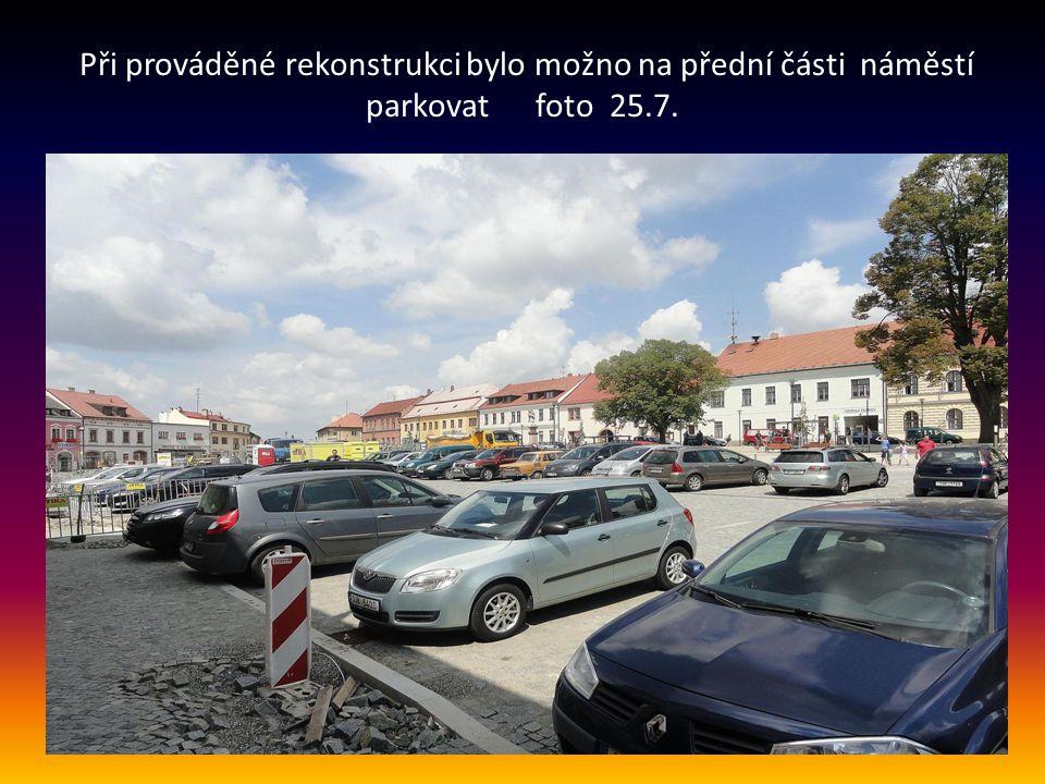 Při prováděné rekonstrukci bylo možno na přední části náměstí parkovat foto 25.7.