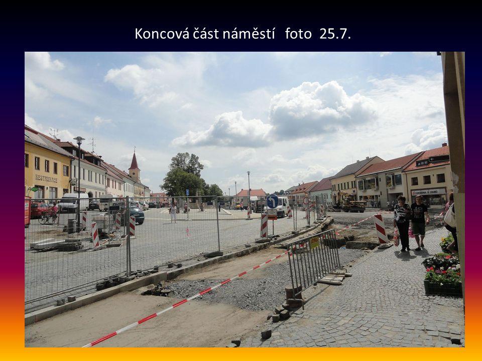 Koncová část náměstí foto 25.7.
