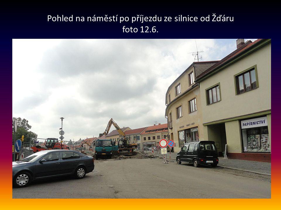 Pohled na náměstí po příjezdu ze silnice od Žďáru foto 12.6.