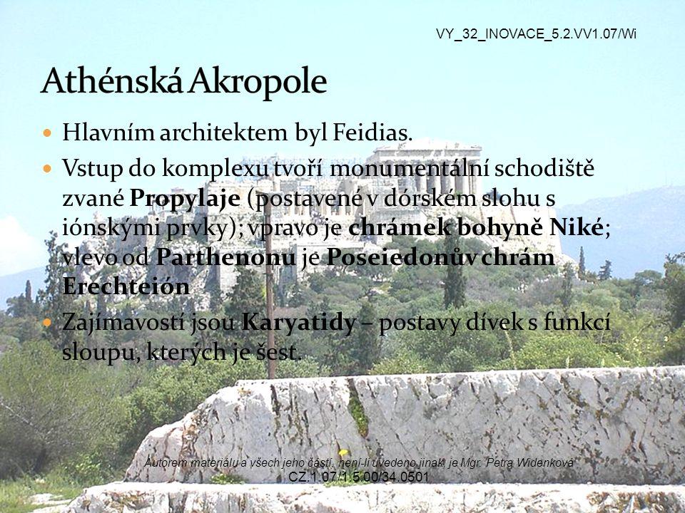 Hlavním architektem byl Feidias. Vstup do komplexu tvoří monumentální schodiště zvané Propylaje (postavené v dórském slohu s iónskými prvky); vpravo j
