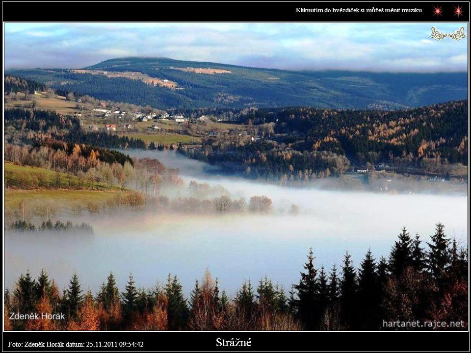 Inverze - Strážné z protějšího kopce v sevření mlhy a jasný horizont na pozadí.