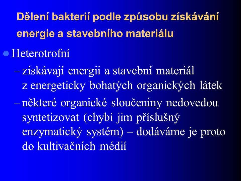 Dělení bakterií podle vztahu ke kyslíku a ve vybavení enzymy: Aerobní bakterie – mají dehydrogenázy i cytochromy, oxidoredukční pochody probíhají jen za přítomnosti kyslíku (Bordetella pertussis) Anaerobní bakterie – obsahují pouze dehydrogenázy, v prostředí s kyslíkem hynou (klostridia) Fakultativně anaerobní bakterie – jsou schopné adaptace podle podmínek prostředí, jsou vybaveny cytochromy i dehydrogenázami – patří sem většina lékařsky významných bakterií.
