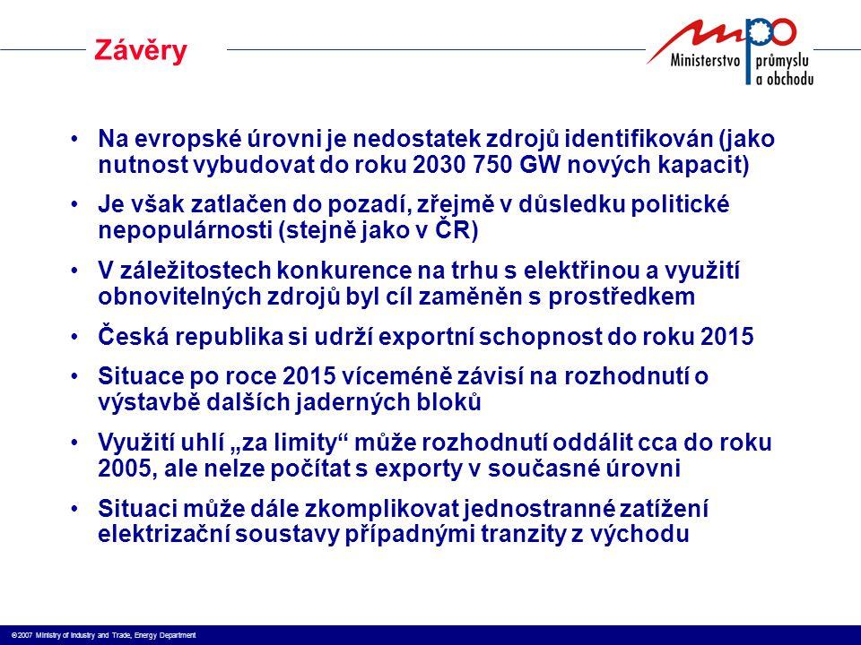 """ 2007 Ministry of Industry and Trade, Energy Department Na evropské úrovni je nedostatek zdrojů identifikován (jako nutnost vybudovat do roku 2030 750 GW nových kapacit) Je však zatlačen do pozadí, zřejmě v důsledku politické nepopulárnosti (stejně jako v ČR) V záležitostech konkurence na trhu s elektřinou a využití obnovitelných zdrojů byl cíl zaměněn s prostředkem Česká republika si udrží exportní schopnost do roku 2015 Situace po roce 2015 víceméně závisí na rozhodnutí o výstavbě dalších jaderných bloků Využití uhlí """"za limity může rozhodnutí oddálit cca do roku 2005, ale nelze počítat s exporty v současné úrovni Situaci může dále zkomplikovat jednostranné zatížení elektrizační soustavy případnými tranzity z východu Závěry"""