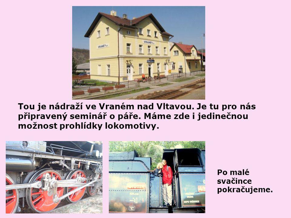 Tou je nádraží ve Vraném nad Vltavou. Je tu pro nás připravený seminář o páře.