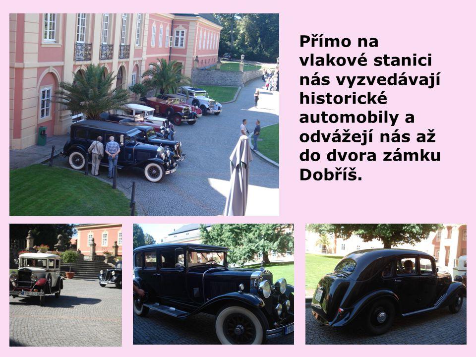 Přímo na vlakové stanici nás vyzvedávají historické automobily a odvážejí nás až do dvora zámku Dobříš.