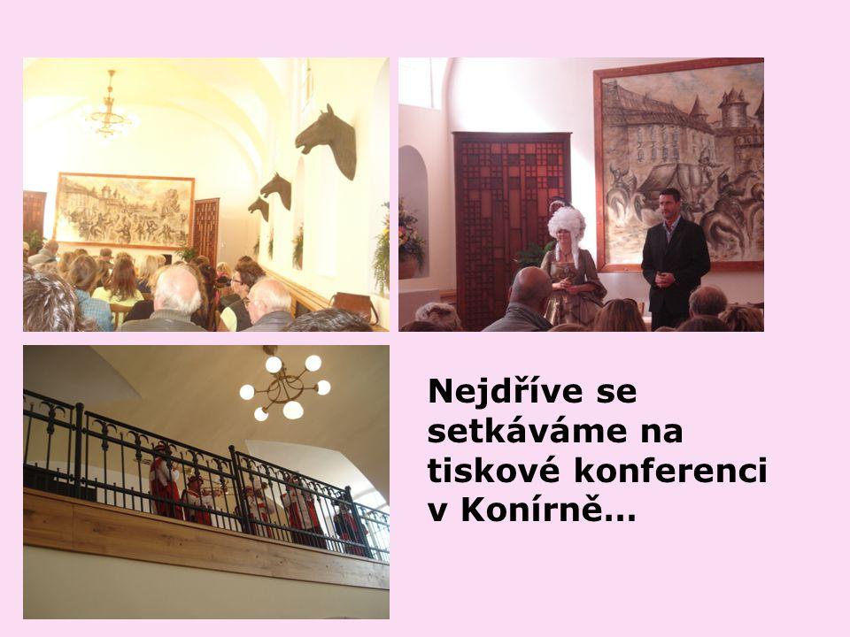 Nejdříve se setkáváme na tiskové konferenci v Konírně…
