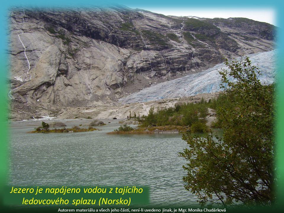 Jezero je napájeno vodou z tajícího ledovcového splazu (Norsko)