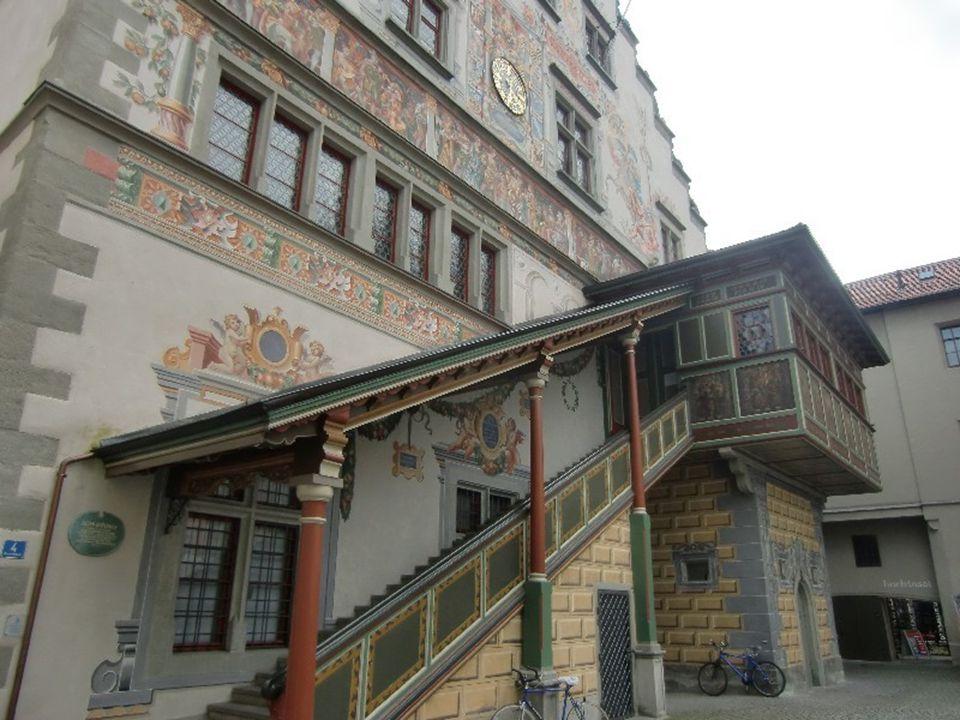 Ze strany obrácené k hlavní nákupní třídě ji zdobí nádherně vyřezávané dřevěné schodiště.