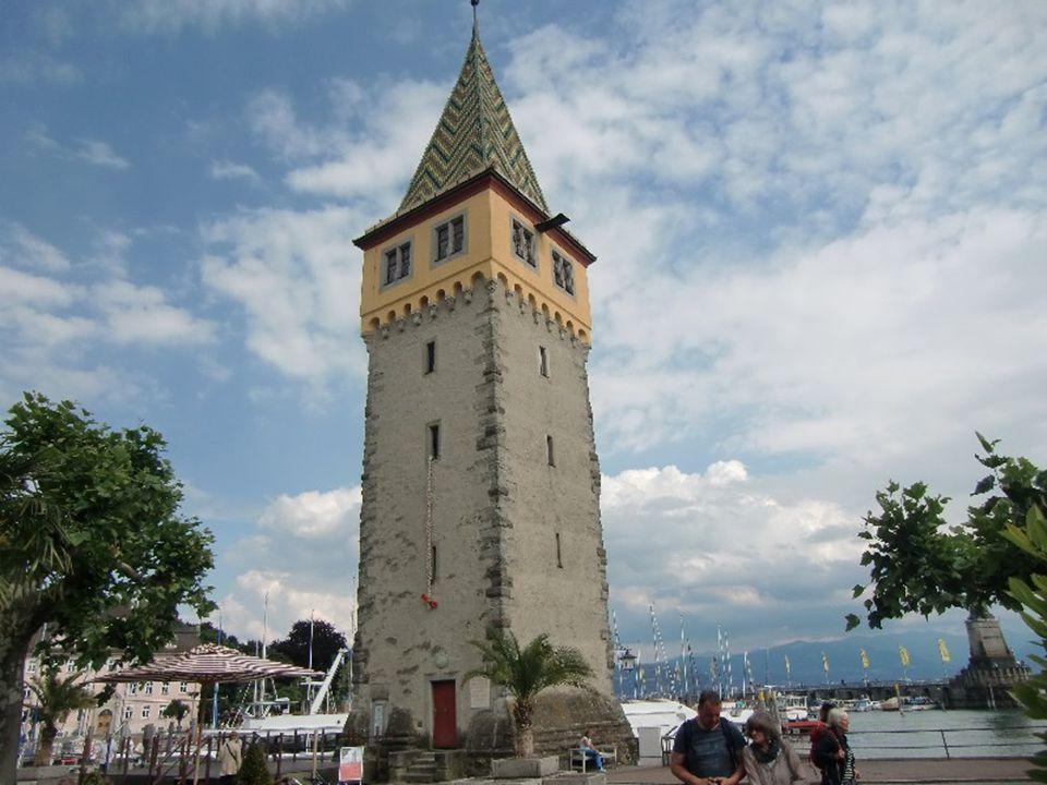 Věž měla v minulosti nejenom obrannou funkci, ale rovněž funkci majáku.