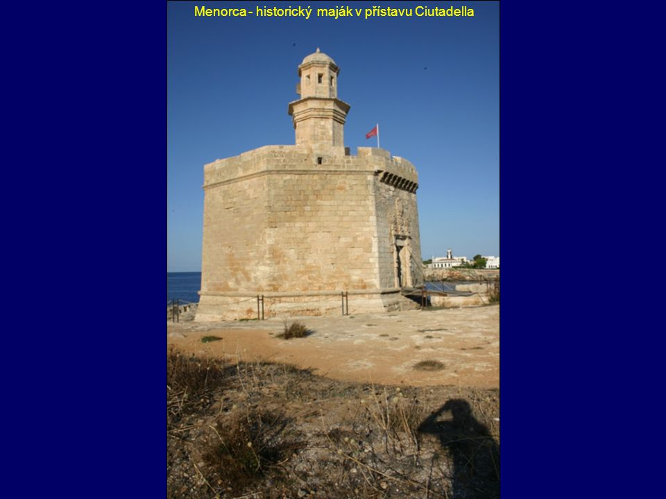 Menorca - historický maják v přístavu Ciutadella