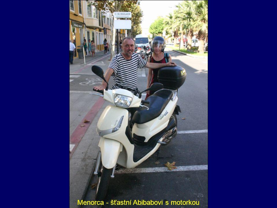 Menorca - šťastní Abibabovi s motorkou