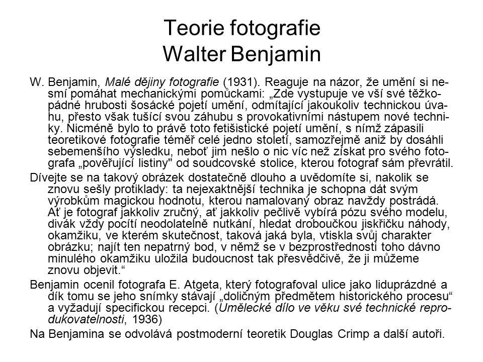 """Teorie fotografie Walter Benjamin W. Benjamin, Malé dějiny fotografie (1931). Reaguje na názor, že umění si ne- smí pomáhat mechanickými pomůckami: """"Z"""