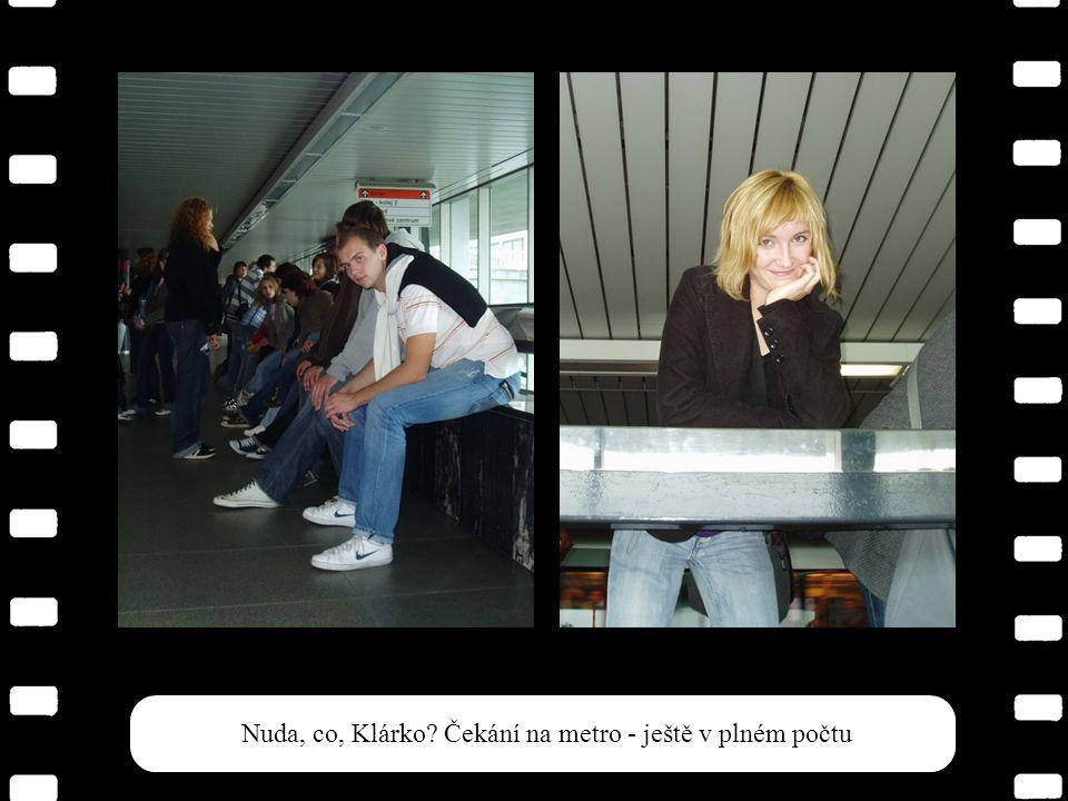Kdykoliv se někdo proplížil s foťákem k učitelskému kupé, byli profesoři vždy zabraní do studia plánů Prahy.