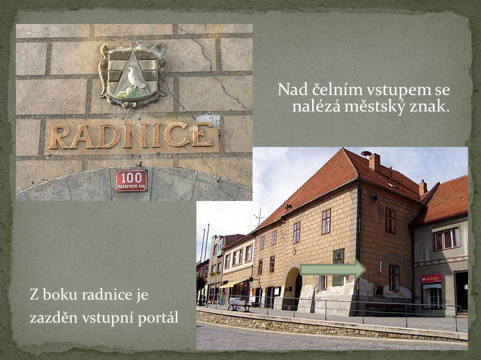 Z boku radnice je zazděn vstupní portál Nad čelním vstupem se nalézá městský znak.