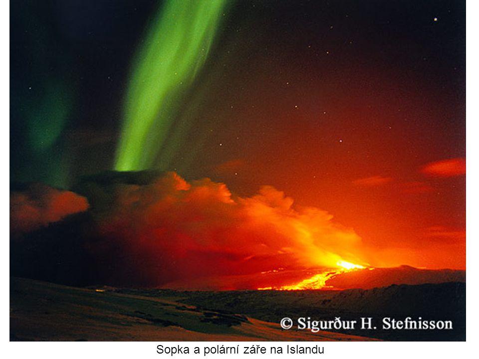 Sopka a polární záře na Islandu