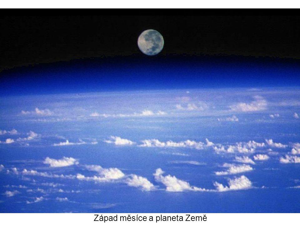 Západ měsíce a planeta Země