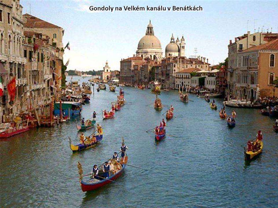 Gondoly na Velkém kanálu v Benátkách