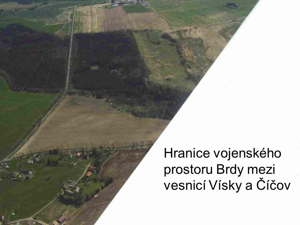 Hranice vojenského prostoru Brdy mezi vesnicí Vísky a Číčov