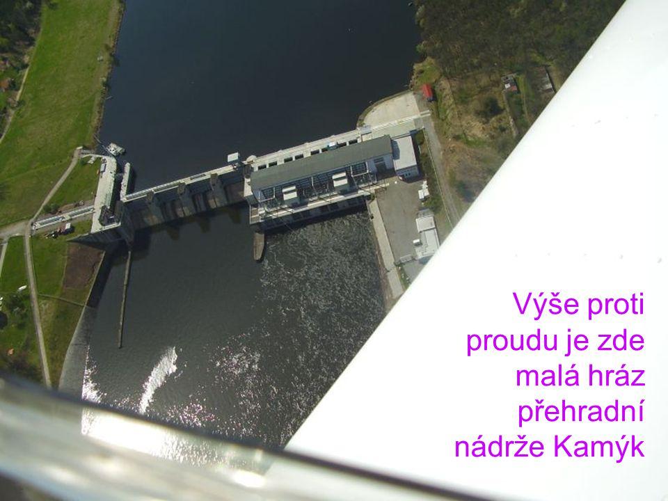 Výše proti proudu je zde malá hráz přehradní nádrže Kamýk