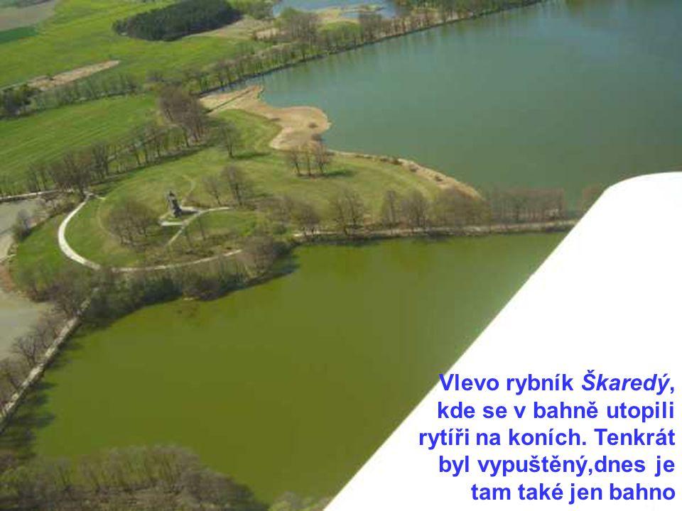 Vlevo rybník Škaredý, kde se v bahně utopili rytíři na koních.
