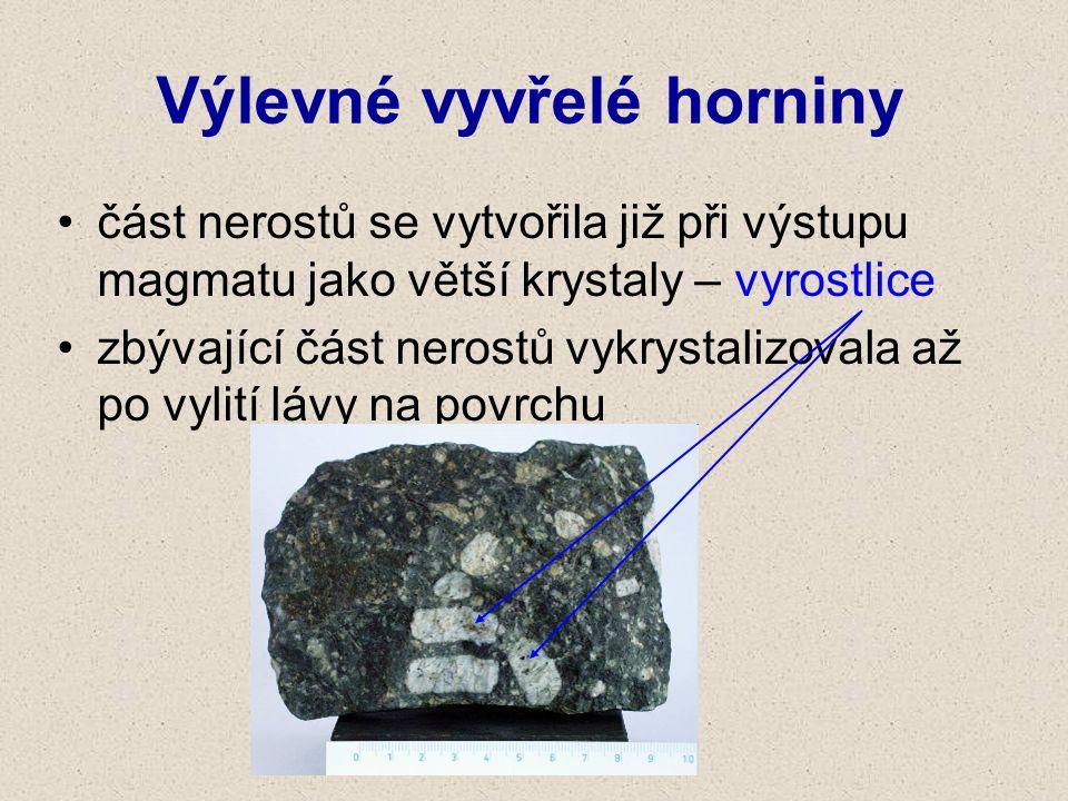 část nerostů se vytvořila již při výstupu magmatu jako větší krystaly – vyrostlice zbývající část nerostů vykrystalizovala až po vylití lávy na povrch