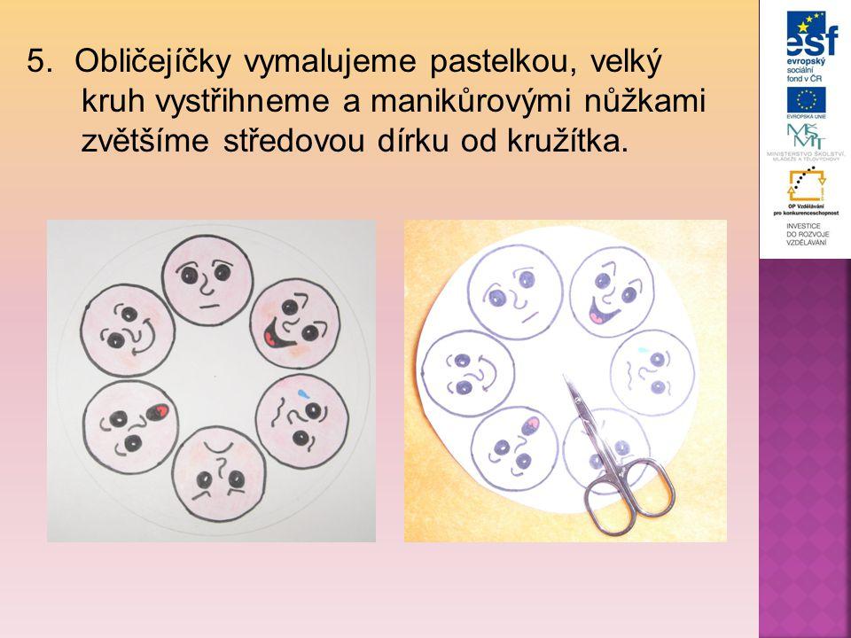 5.Obličejíčky vymalujeme pastelkou, velký kruh vystřihneme a manikůrovými nůžkami zvětšíme středovou dírku od kružítka.