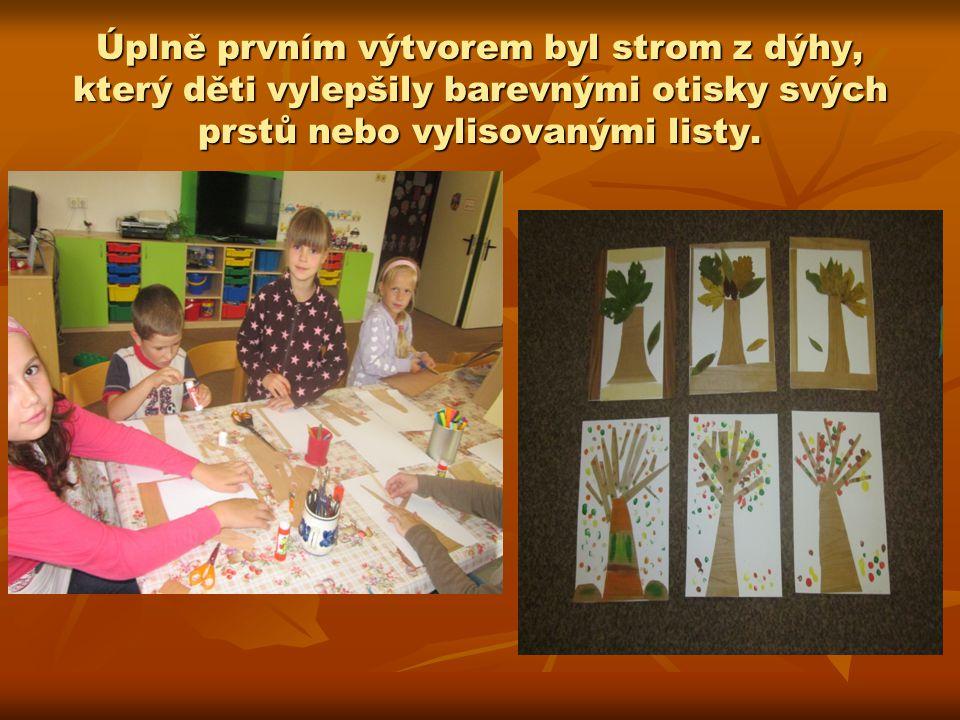 Úplně prvním výtvorem byl strom z dýhy, který děti vylepšily barevnými otisky svých prstů nebo vylisovanými listy.