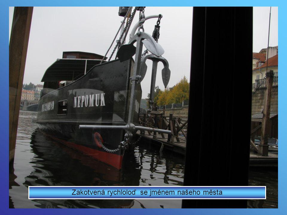 Loď proplula Čertovkou až na Kampu
