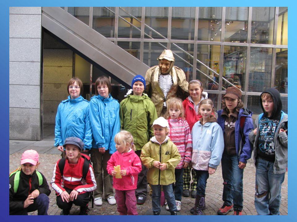 Společné foto u sochy sv. Václava, tady je nás 16 a ještě 14 dospěláků